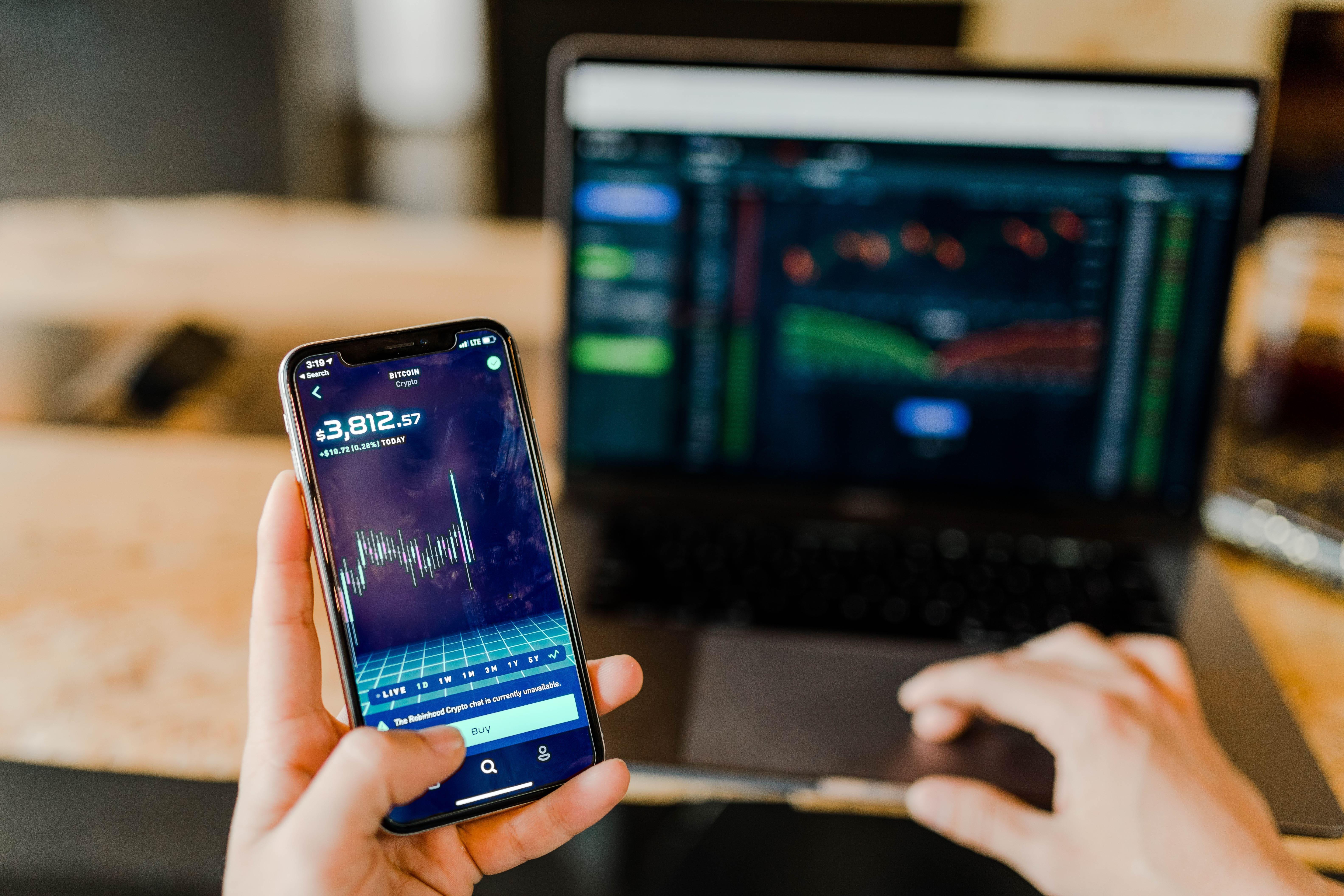 stock-market-robo-advisor-phone-with-mac-laptop-velox-clearing-pexels