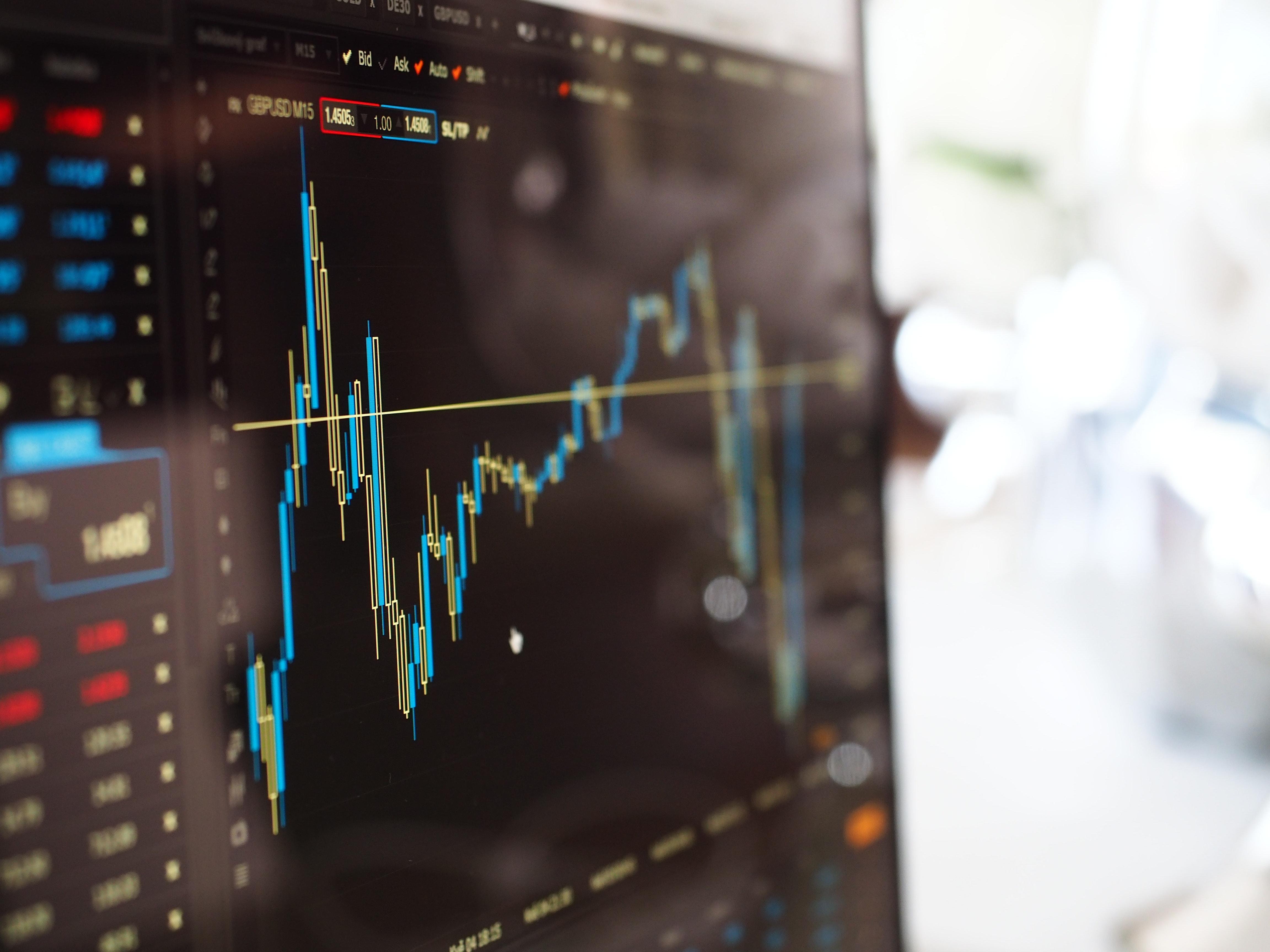 computer-desk-trading-system-robo-advisor-roboadviser-finance